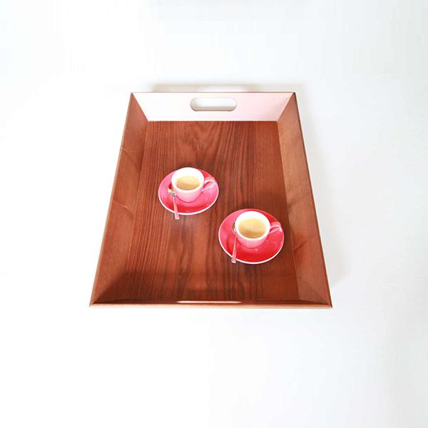 Serviertablett aus Nussholz mit Tassen als Beispiel